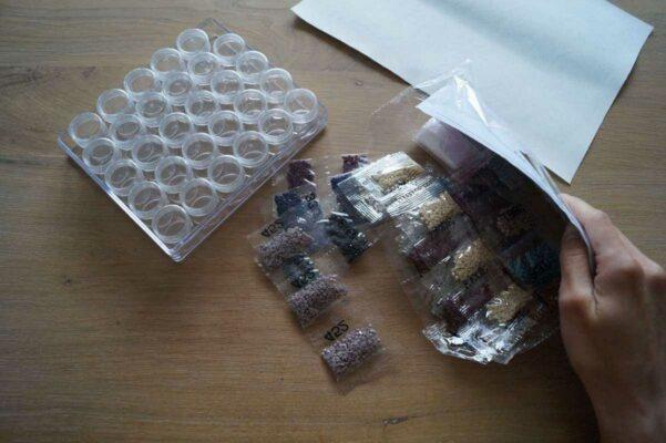 Zakjes sorteren op kleur in sorteerdoos