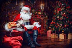 Kerstman bij rode kerstboom